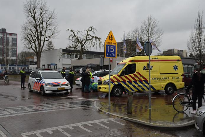 Ambulancepersoneel behandelt een gewonde fietser (middaguur)
