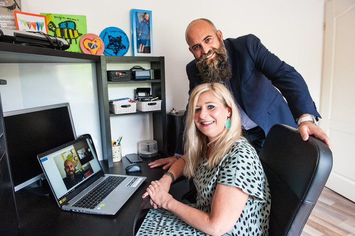Dieter Möckelmann installeert de benodigde software voor lesgeven op afstand op de laptop van docent Duits Merel Hoogendoorn.