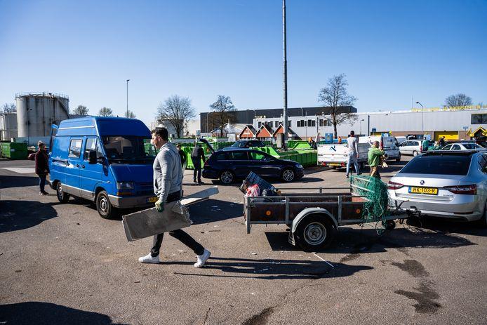 Drukte op het afvalbrengstation in Arnhem-Noord: ten tijde van de coronacrisis wordt meer grofvuil aangeboden en aan de verwerking daarvan is de gemeente ook meer geld kwijt.