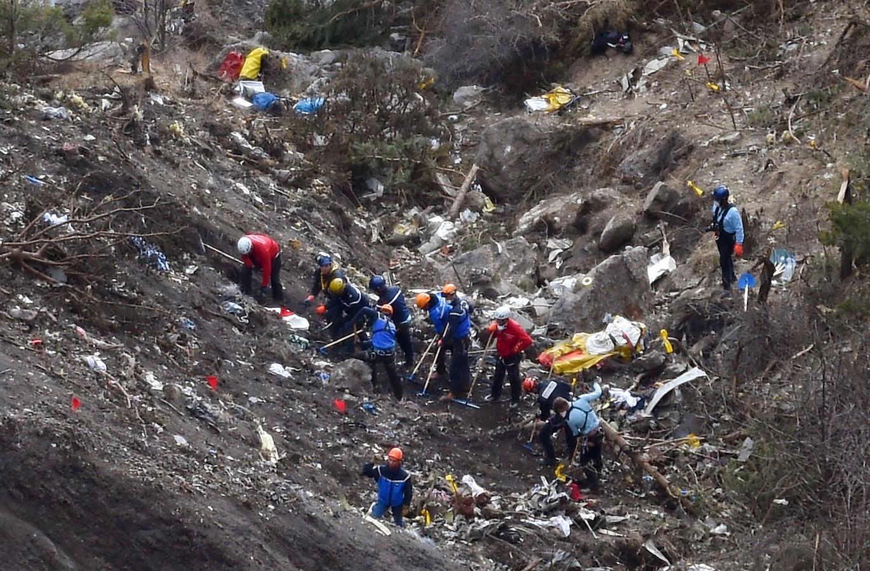 Onderzoekers bij de restanten van het gecrashte Germanwings-toestel.