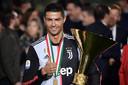 Cristiano Ronaldo met de Italiaanse kampioensbeker.