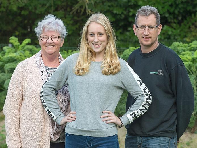 Mayke Manders met haar oma en haar vader. Ze zaten allemaal op dezelfde middelbare school in Ravenstein.