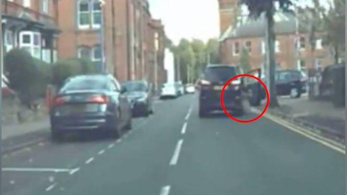 Carjacker sleept eigenaar van de auto mee over de weg