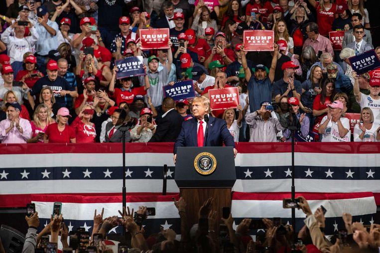 Donald Trump spreekt op een rally tijdens de voorverkiezingen in de VS. Beeld null