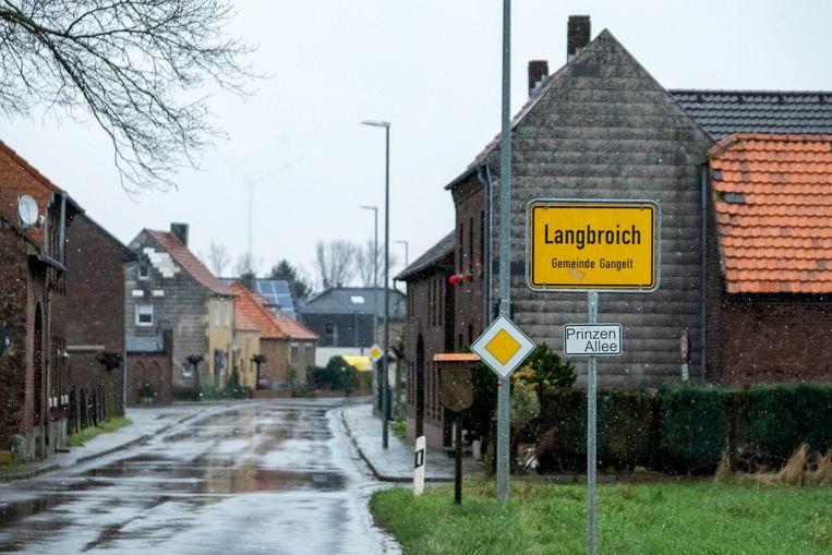 Het is rustig op straat in Langbroich. Blijkbaar moeten meerdere mensen in thuis in quarantine zitten nadat zijn mogelijk besmet geraakt kunnen zijn geweest tijdens het vieren van carnaval. Beeld Merlin Daleman