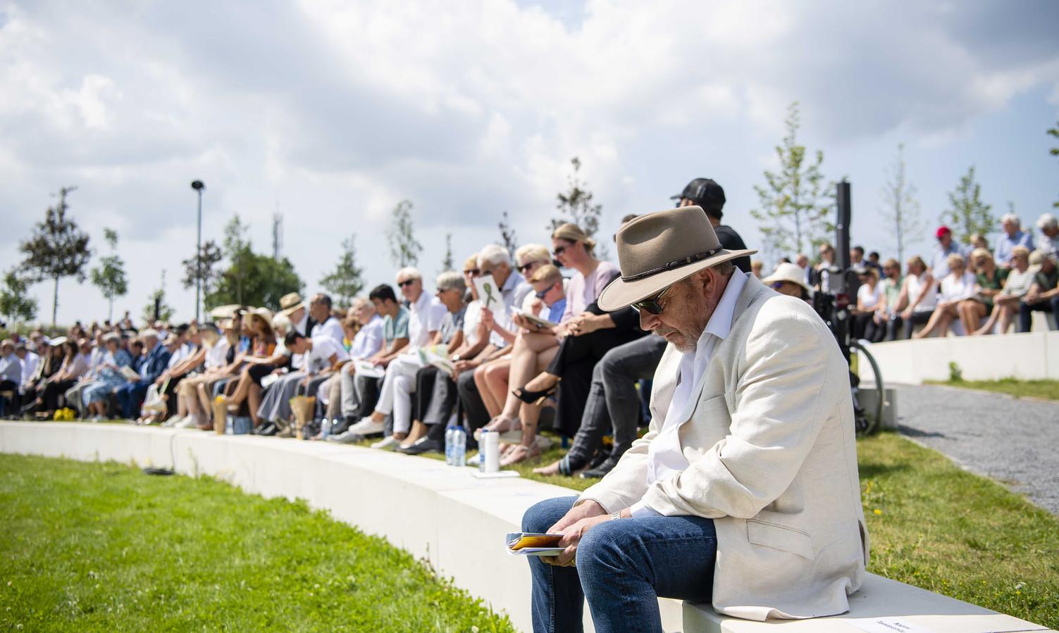 Vrienden en familie lezen de namen van slachtoffers van de ramp met vlucht MH17 voor.