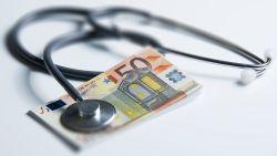 Te dure medische producten kosten gezondheidszorg fortuin: al 100 miljoen te veel terugbetaald