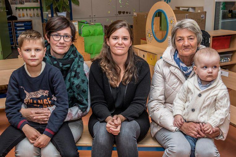 Tine Geldhof en zoontje Cas (9), Sara Lammertijn - de mama van Lisette (2), die door een verkoudheid niet op de foto kon - en Christine Ras, oma van Victor (2).