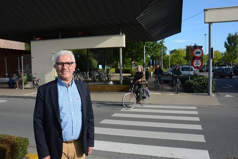 Burgemeester Stany De Rechter bij de fietsenstalling aan parking Tack, waar ook camerabewaking zal komen.