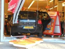 Overvallers rijden met auto supermarkt Wormerveer binnen