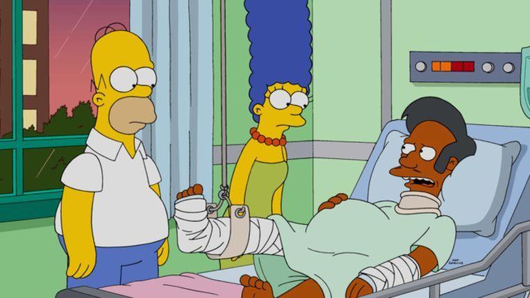 Apu Nahasapeemapetilon krijgt bezoek in het ziekenhuis van Homer en Marge. Beeld The Simpsons