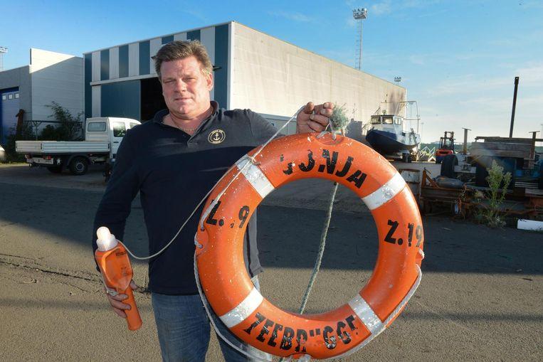 Peter Thysebaert met de opgeviste boei van de gezonken vissersboot Z19 Sonja.