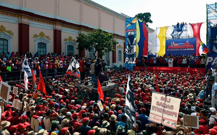 President Nicolas Maduro spreekt zijn aanhang toe.