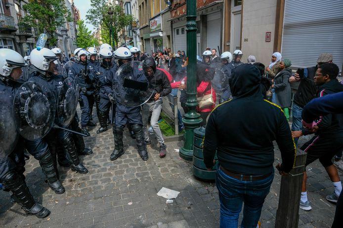 De oproerpolitie moest dinsdagnamiddag traangas inzetten aan de Ecole 1-school in Schaarbeek.  De politie was daarvoor bekogeld met flessen en eieren.