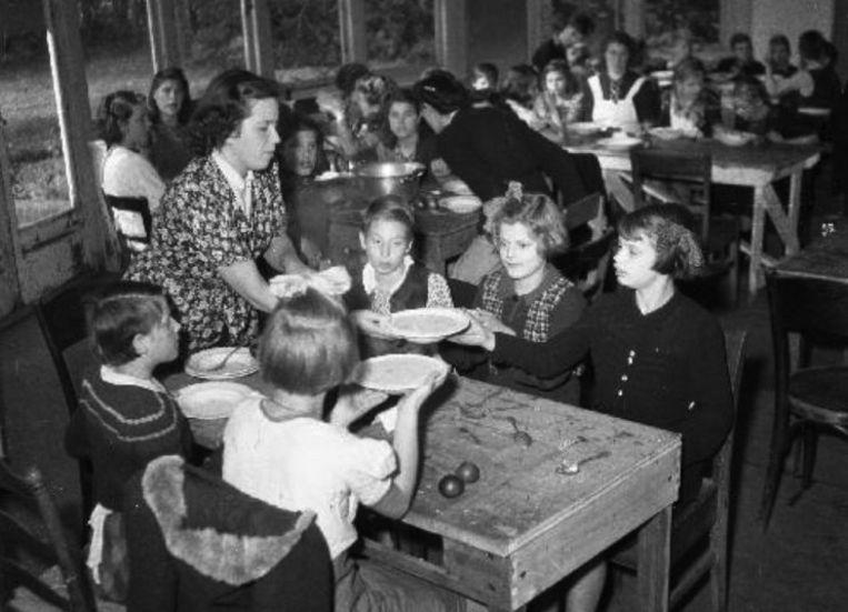 Kinderen van NSB'ers worden in 1945 opgevangen in een tehuis. Beeld Nationaal Archief