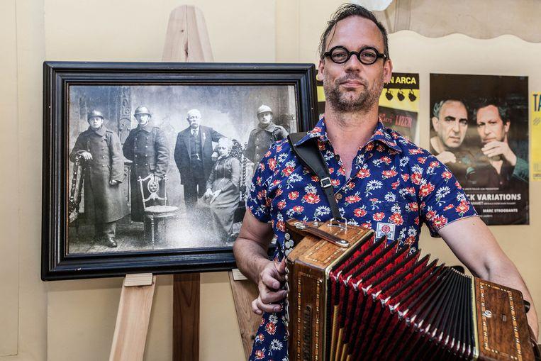 Wim Claeys bij de foto van zijn grootvader (uiterst links).