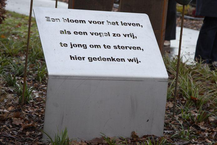 Het gedicht van Jolande Brummelhuis dat bij het monument is geplaatst.