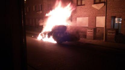 Alles wijst op brandstichting: wagen volledig uitgebrand in Aartselaar