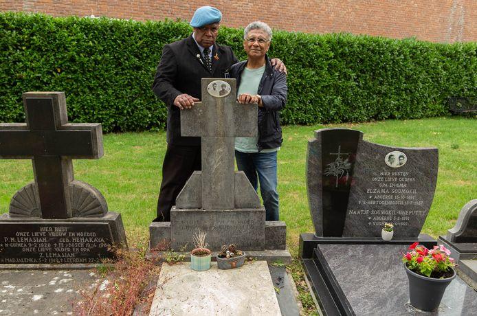 Leo Reawaruw en Rudy de Queljoe van Maluku4Maluku bij het graf van veteraan bapa Lucas Latuihamallo. De oudste militair die naar Nederland kwam. Hij was dertig jaar KNIL militair.