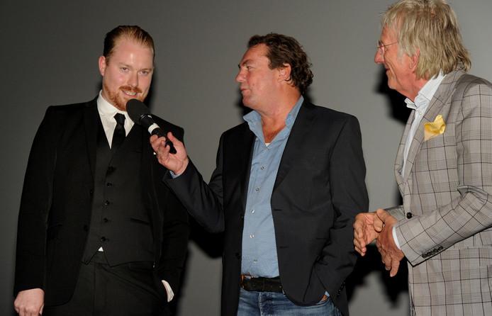 Directeur Leo Hannewijk van Film by the Sea (midden) stelt filmmaker Marnix Ruben (links) en Freek de Jonge aan het publiek voor.