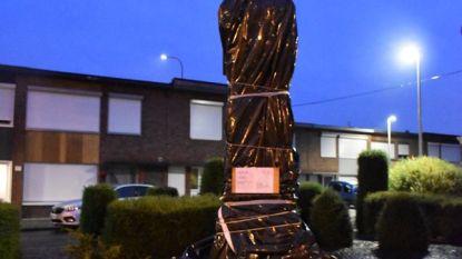 Gedenkzuil Congo-officier Jules Van Dorpe ingepakt met plastic