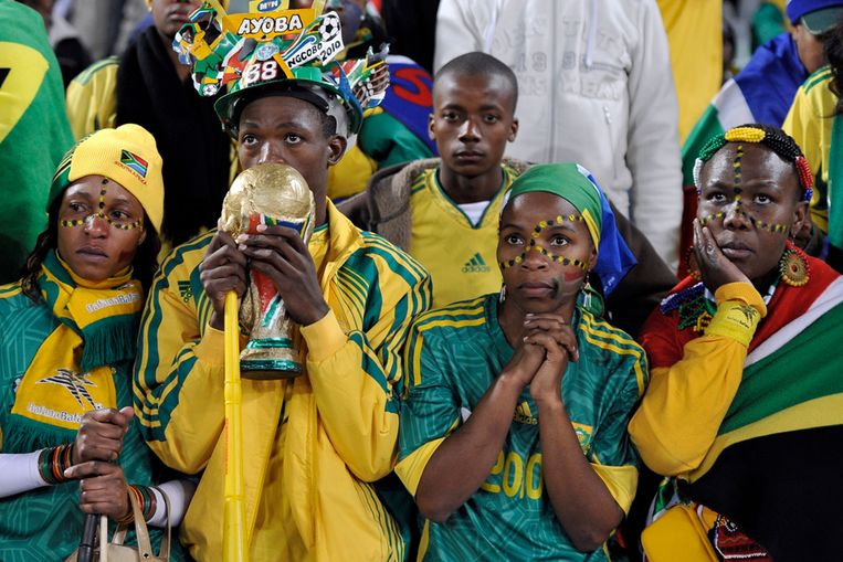 Zuid-Afrikaanse fans reageren ontzet nadat hun team is uitgeschakeld op het wereldkampioenschap voetbal (AP) Beeld null