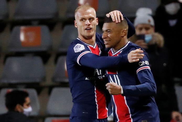 Mitchel Bakker feliciteert Kylian Mbappé met zijn goal.