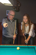 Wim Coenders geeft kleindochter Laura de Jong uitleg.