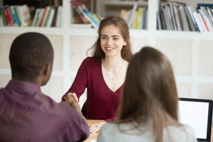 Door de huidige onzekerheid zijn mensen sneller geneigd om een baan onder hun opleidingsniveau aan te nemen. Foto ter illustratie.