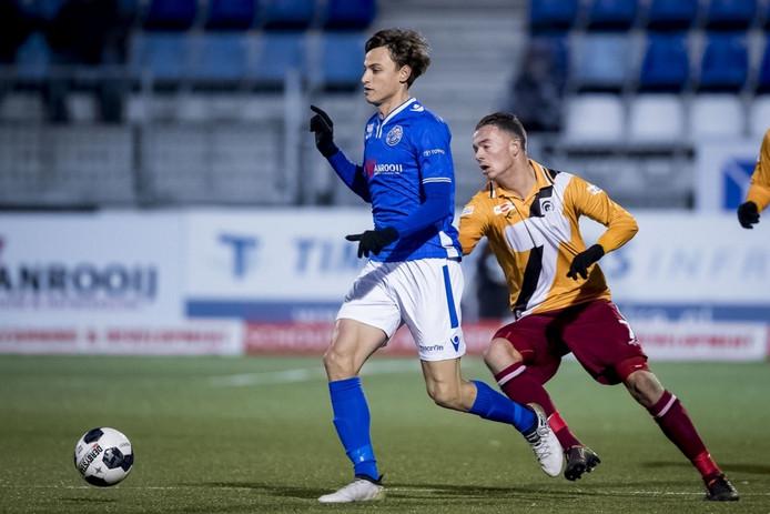 Stefano Beltrame wordt belaagd door Boy van de Beek van Achilles. De Italiaan van FC Den Bosch viel in de eerste helft geblesseerd uit.