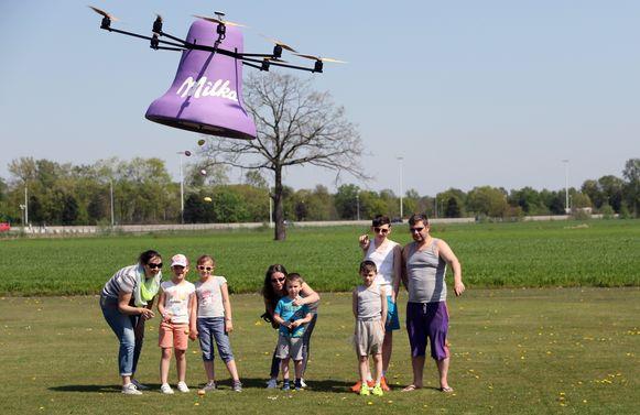 Paaseieren vallen uit de Milka Drone Paasklok