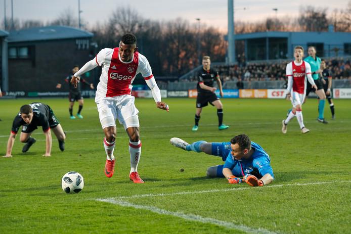 Ajacied Mateo Cassierra passeert NEC-keeper Joris Delle en maakt de 2-0.