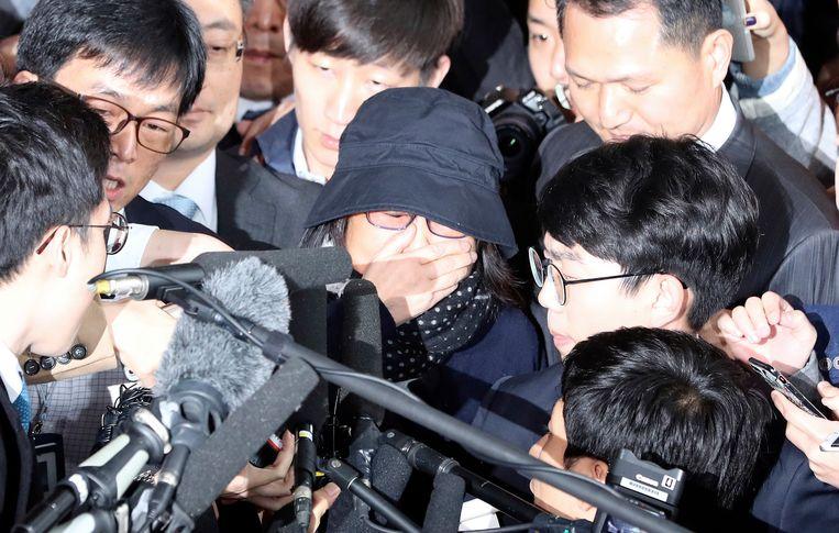 Choi Soon-sil bij het gebouw van de openbare aanklager in Seoul. Beeld ap