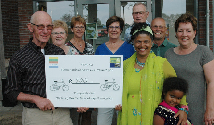 Fietscommissie Akkerhus Rectum/Ypelo haalt 800 euro op voor stichting Free the Beloved Nepali Daughters