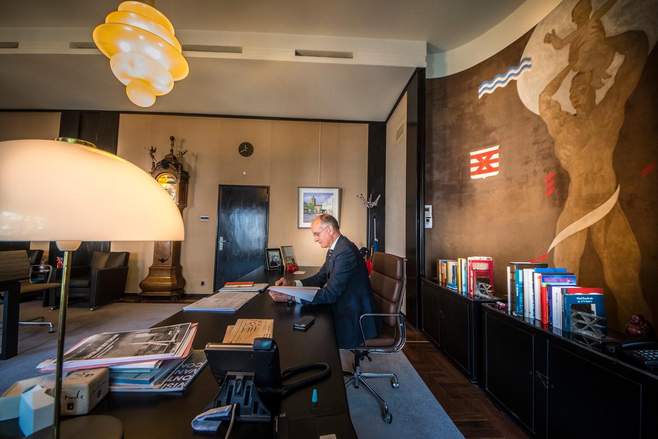 Onno van Veldhuizen in zijn kantoor