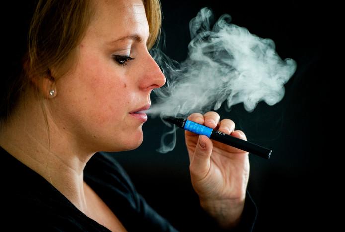Een vrouw rookt een Zensations e-sigaret. De elektronische sigaret bestaat uit een wegwerp cartridge (Refill) en een oplaadbare batterij. ANP ROBIN VAN LONKHUIJSEN