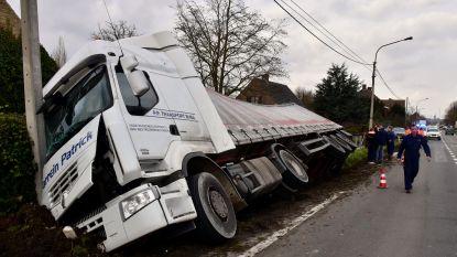 """VIDEO. Trucker belandt met lading bloemkolen in de gracht: """"Schat, ik hang nu op, want ik zit met een probleempje"""""""