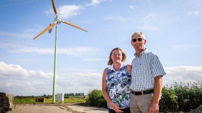 """Eerste kleine windmolen geïnstalleerd bij veehouder in Zevekote: """"Tuurlijk willen wij ook het klimaat helpen"""""""