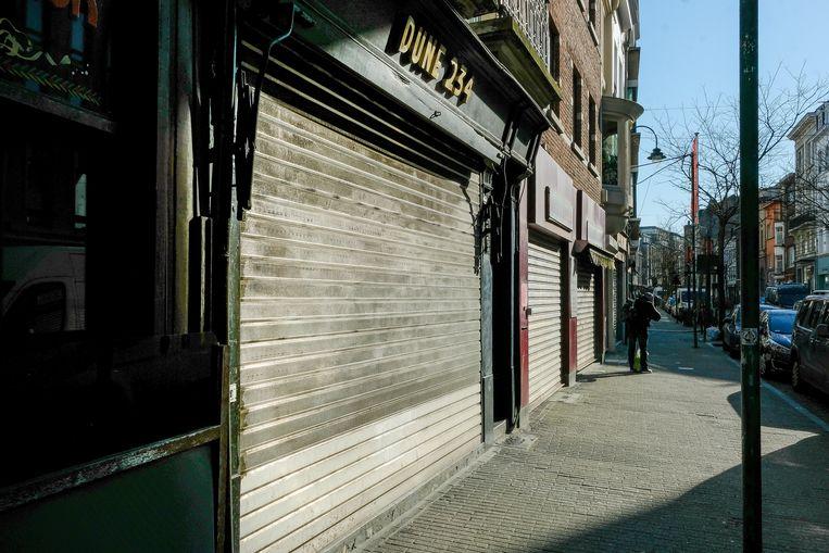 Winkels op de Hoogstraat met gesloten deuren.