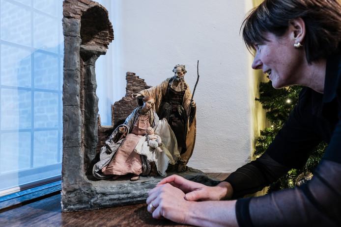 Een bezoekster bekijkt één van de kerststallen in kasteel Huis Bergh.