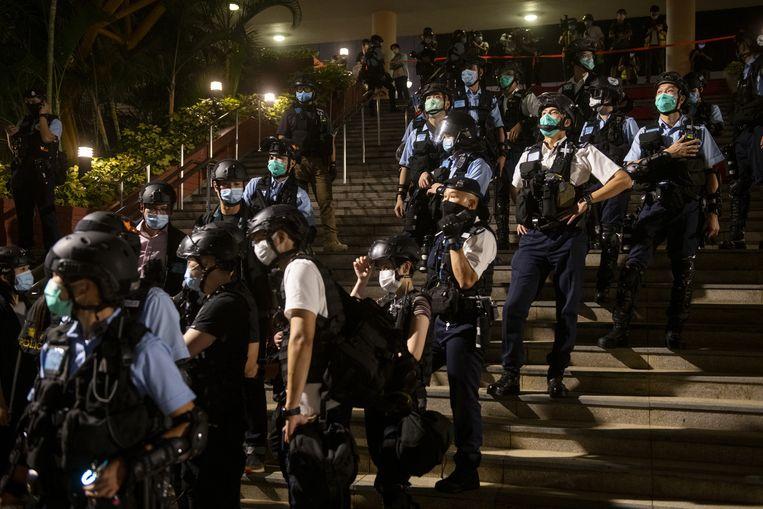 Oproerpolitie dreef woensdag de betogingen in winkelcentra in Hongkong uiteen. Beeld Anadolu Agency via Getty Images