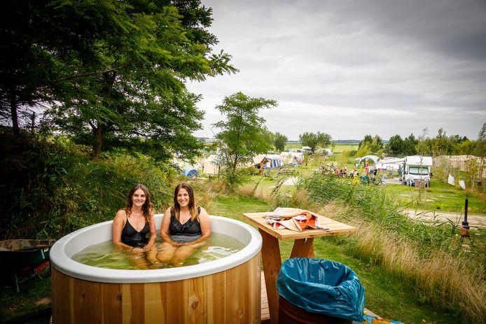 Amber Hoogers (23) en Suus Raedts (22) uit Limburg in de hottub op het campingterrein in Kraggenburg.
