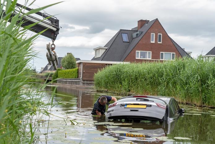 De auto reed op maandagmiddag ineens zonder bestuurder van de oprit aan de Stenen Kamer in Alblasserdam af en belandde in de sloot.