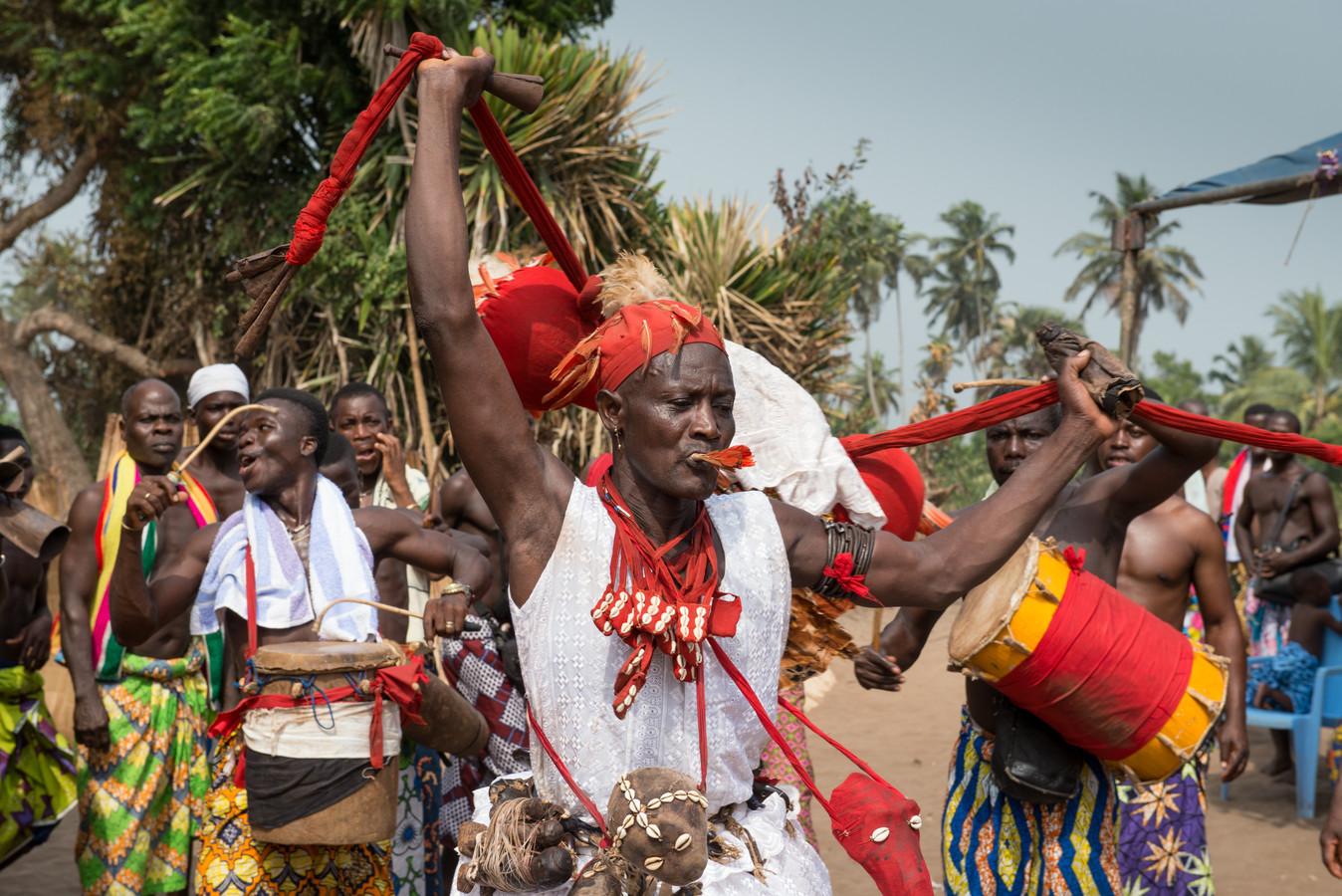 De 98-jarige voodoopriester Chabassi. Om zijn middel draagt hij schedels van mensen die misdaden hebben gepleegd.
