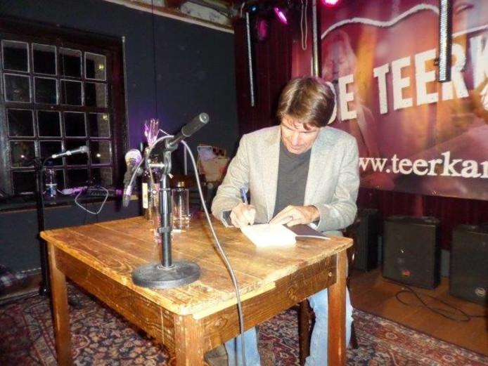 Twan Huys signeert zijn boek De Clintons.