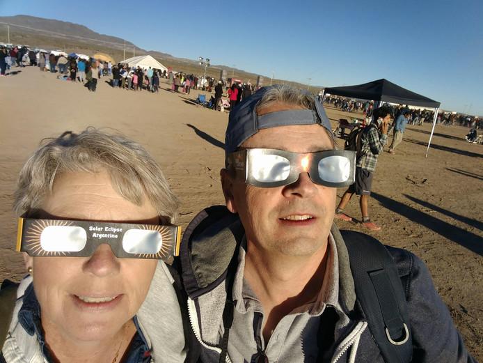 Heel verstandig om je ogen te beschermen bij een zonsverduistering. Suzanne en haar man Peter maakten zo'n bijzonder moment mee in Argentinië.