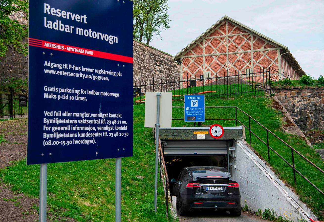 Een parkeergarage in Oslo, exclusief toegankelijk voor elektrische auto's. Die kunnen daar dan ook meteen worden opgeladen
