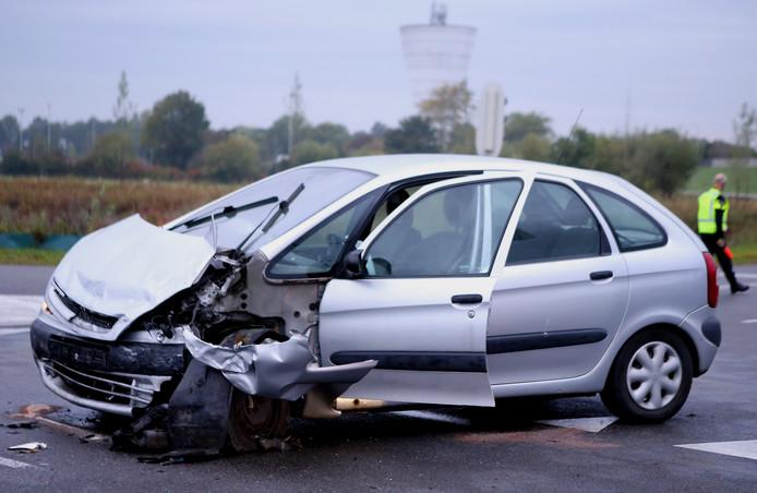 Een van de auto's die in september 2017 betrokken was bij het ongeluk op de kruising Van Heemstraweg (N322) / Steenweg in Zaltbommel. Er vielen drie gewonden.