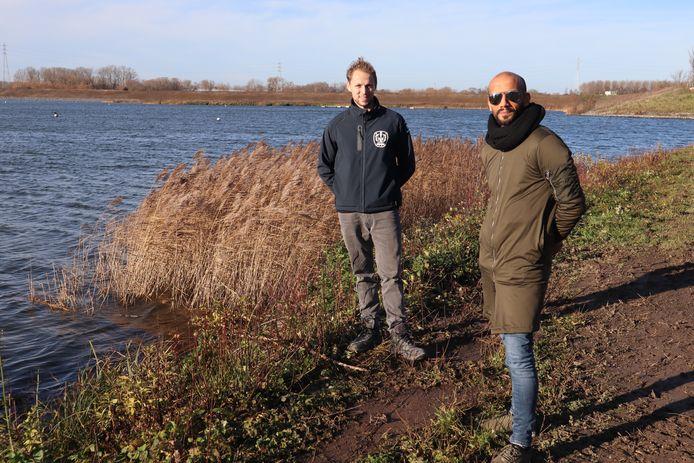 Sasha Hens, voorzitter van de Sportraad van de van de Mechelse Waterski Klub (MWK) en schepen van Sport Abdrahman Labsir, aan de met riet beplante oevers.