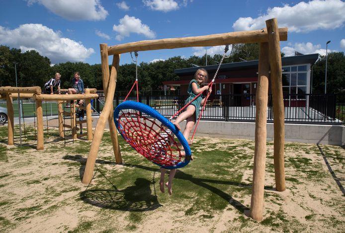 Spelende kinderen op het terrein van FC Bergh.